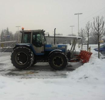 Trattore attrezzato per lo sgombero neve