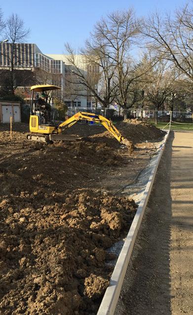 Ruspa che scava i tracciati per impianti irrigazione