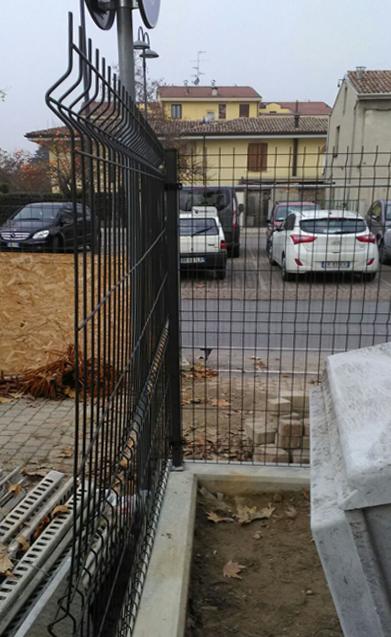 recinzione in rete con supporto in cemento