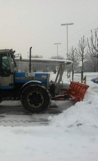 trattore sgombero neve parcheggio supermercato