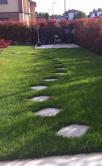 passeggio in piastrelle giardino residenziale