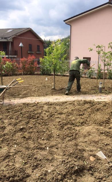 operatore impresa battaglioli luca che zappa giardino in villa